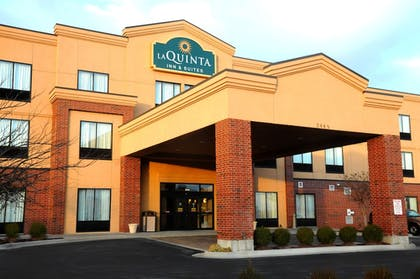 Hotel Front | La Quinta Inn & Suites by Wyndham Springfield Airport Plaza