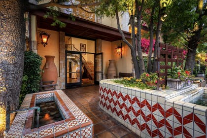 Property Entrance | Hotel Pepper Tree Boutique Kitchen Studios - Anaheim
