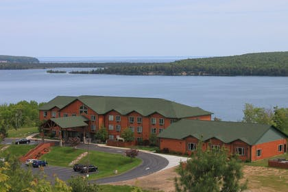 Featured Image | Holiday Inn Express Munising-Lakeview