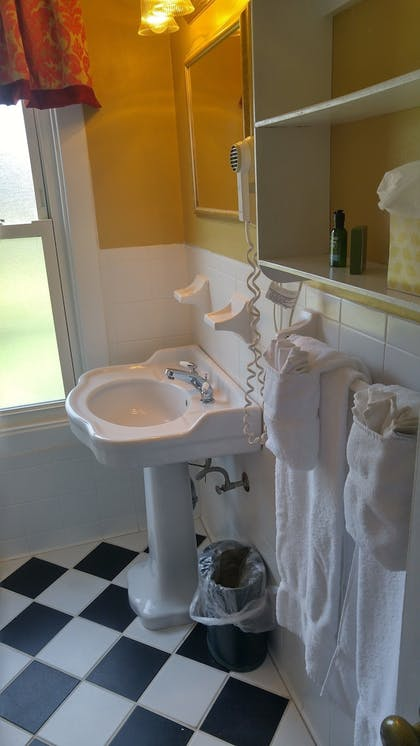 Bathroom | Mid Pines Inn & Golf Club