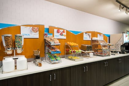 Restaurant | Holiday Inn Express Hotel & Suites Rocky Mount