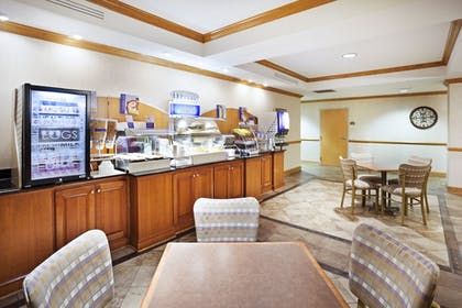 Breakfast Area | Holiday Inn Express Forest City
