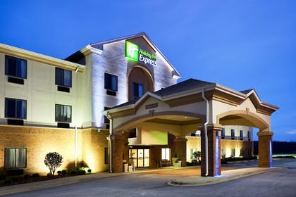 Hotel Front | Holiday Inn Express Forest City