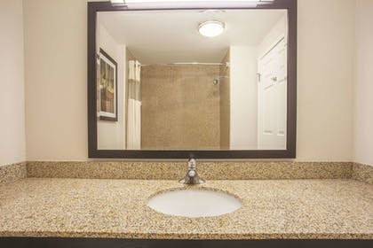 Bathroom | La Quinta Inn & Suites by Wyndham Bakersfield North