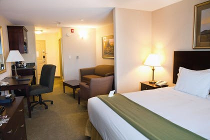 Guestroom   Holiday Inn Express and Suites Springfield Medical District