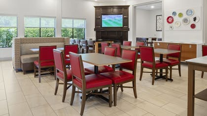 Lobby | Holiday Inn Express and Suites Newton
