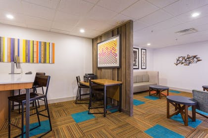 Lobby Sitting Area | Holiday Inn Express Petersburg