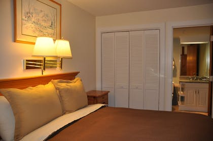 Guestroom | Newport Bay Club and Hotel