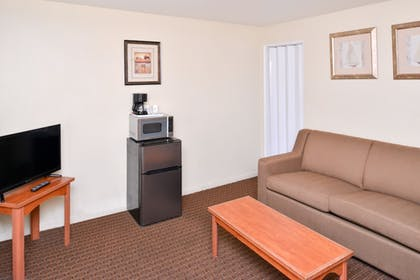 Living Area | Travelodge by Wyndham Eugene Downtown/University of Oregon