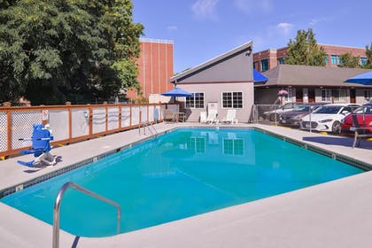Outdoor Pool | Travelodge by Wyndham Eugene Downtown/University of Oregon