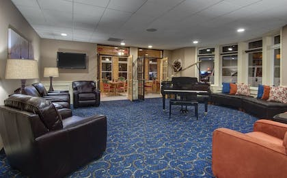 Lobby Sitting Area | Cherry Tree Inn & Suites