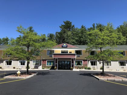 Hotel Entrance | Days Inn & Suites by Wyndham Stevens Point