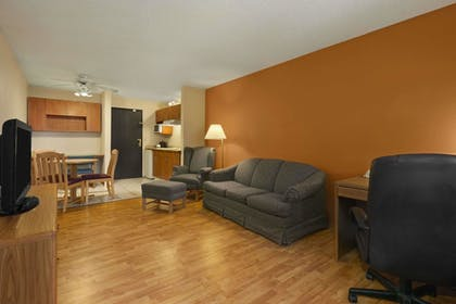 Guestroom | Days Inn & Suites by Wyndham Stevens Point