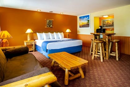 Room | Days Inn & Suites by Wyndham Stevens Point
