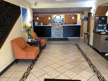 Lobby Sitting Area | Days Inn & Suites by Wyndham Stevens Point