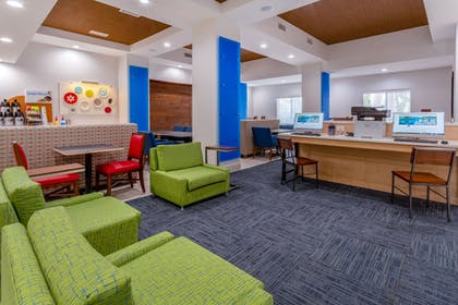 Lobby Lounge | Holiday Inn Express Hotel & Suites Charlotte Arrowood