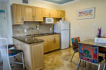 | Deluxe One Bedroom Suite: 2 Queen Beds and 1 Sleeper Sofa | Bay Palms Waterfront Resort - Hotel and Marina