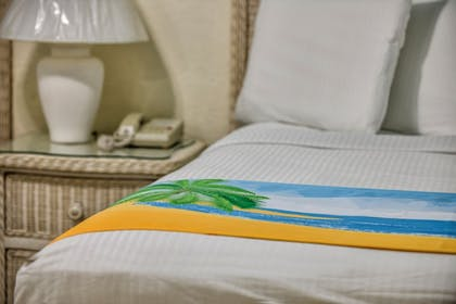 | Deluxe One Bedroom Suite: 1 Queen Bed and 2 Sleeper Sofas | Bay Palms Waterfront Resort - Hotel and Marina