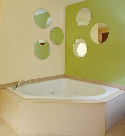 Jetted Tub | Holiday Inn Express Hotel & Suites Charleston-North