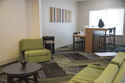 Living Area   Holiday Inn Express & Suites Alexandria
