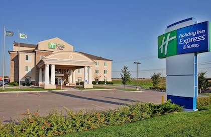 Exterior | Holiday Inn Express & Suites Wichita Airport