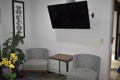 Lobby Sitting Area   Holiday Inn Express & Suites McPherson