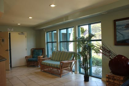 Lobby Sitting Area | Morro Shores Inn And Suites