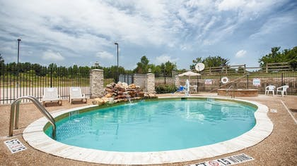 Outdoor Spa Tub | Best Western Mineola Inn