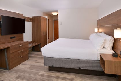 Guestroom | Holiday Inn Express & Suites Parkersburg-Mineral Wells