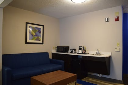 Living Room | Holiday Inn Express Hotel & Suites Sparta