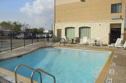 Outdoor Pool | Best Western Windsor Pointe Hotel & Suites-at&t Center