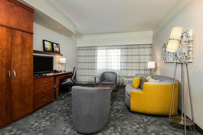 Living Area | Courtyard by Marriott Houston by the Galleria