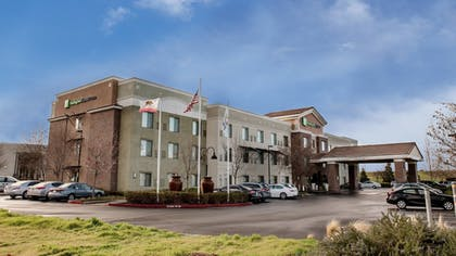 Exterior | Holiday Inn Express Hotel & Suites Lincoln