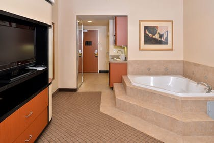 Guestroom | Holiday Inn Express Hotel & Suites Lincoln