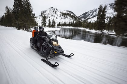 Snowmobiling | Yellowstone Park Hotel
