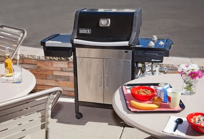 BBQ/Picnic Area | TownePlace Suites by Marriott Medford