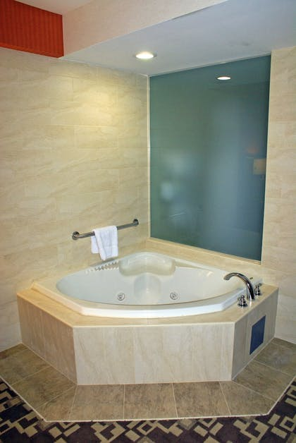 Jetted Tub | Holiday Inn Express Maspeth