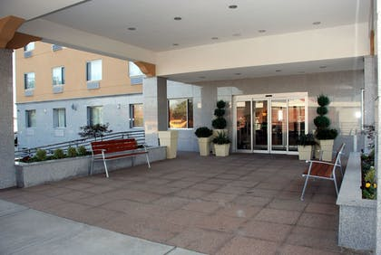Hotel Entrance | Holiday Inn Express Maspeth
