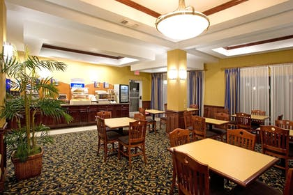 Restaurant | Holiday Inn Express Hotel and Suites of Falfurrias