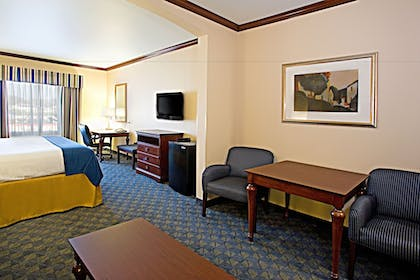 Guestroom | Holiday Inn Express Hotel and Suites of Falfurrias