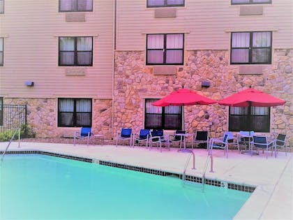 Outdoor Pool | TownePlace Suites Kansas City Overland Park