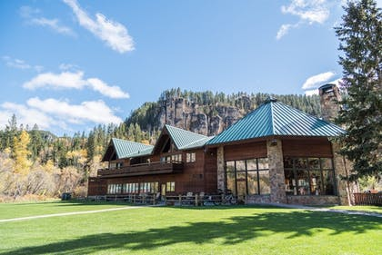 Hotel Front   Spearfish Canyon Lodge