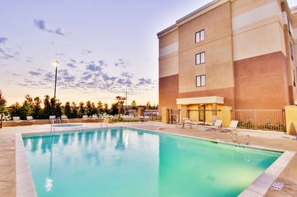 Outdoor Pool | SpringHill Suites by Marriott Fresno