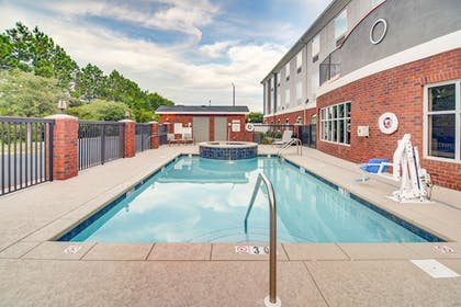 Outdoor Pool | Holiday Inn Express & Suites Foley