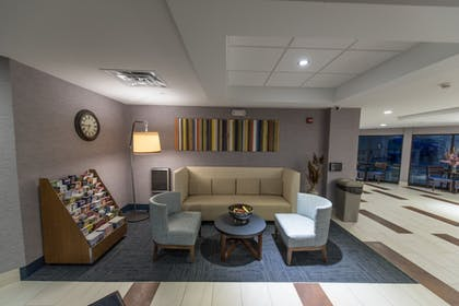 Lobby Sitting Area | Holiday Inn Express Hotel & Suites in North East (Erie)