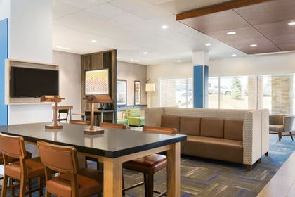 Lobby Lounge | Holiday Inn Express and Suites-Cincinnati NE - Red Bank Road