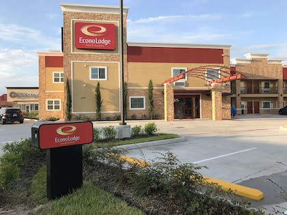 Hotel Front | Econo Lodge Inn & Suites Houston Willowbrook