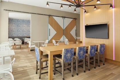 Breakfast Area | TownePlace Suites New Orleans Downtown/Canal Street
