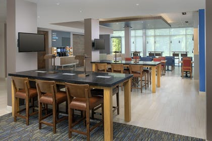Restaurant | Holiday Inn Express and Suites North Brunswick