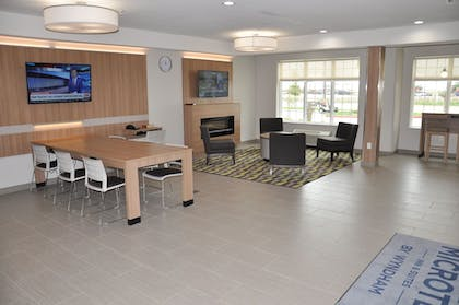 Lobby Lounge | Microtel Inn and Suites by Wyndham Lubbock